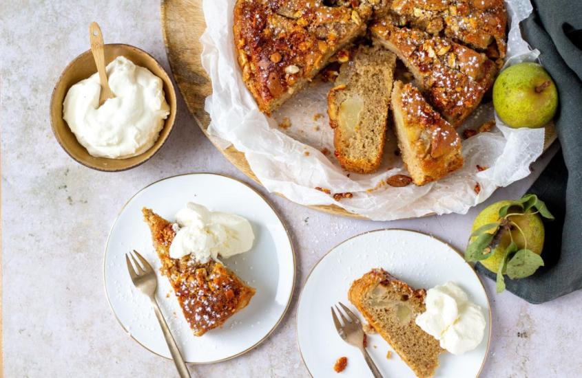 Birnenkuchen mit Honig Mandelkruste                                                         So ist es heute, so war es damals….
