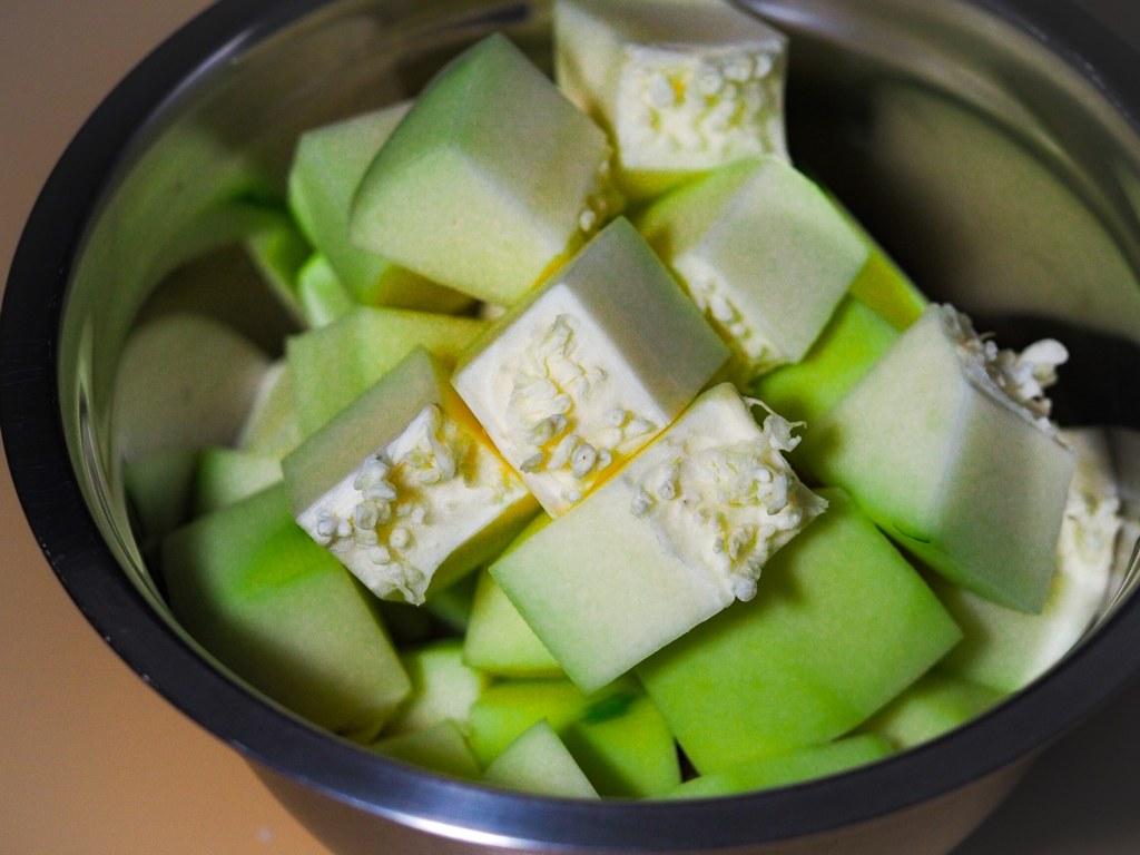 Chunky sliced green papaya