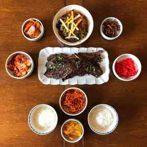banchan with kalbi in center