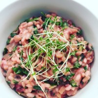 Vegan pink risotto with mixed greens (Risotto rosa com mistura de folhas verde - vegano)