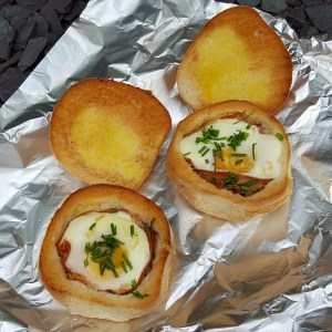 Baked egg and prosciutto in bread bowls