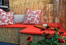 coole-balkon-deko-ideen-blumen-bambus-sichtschutz