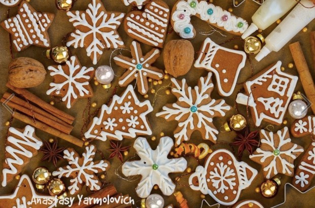 christmas-gingerbread-cookies-with-christmas-decorations