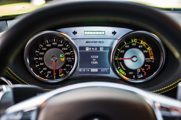 Mercedes-SLS-Electric-dash-1.jpg
