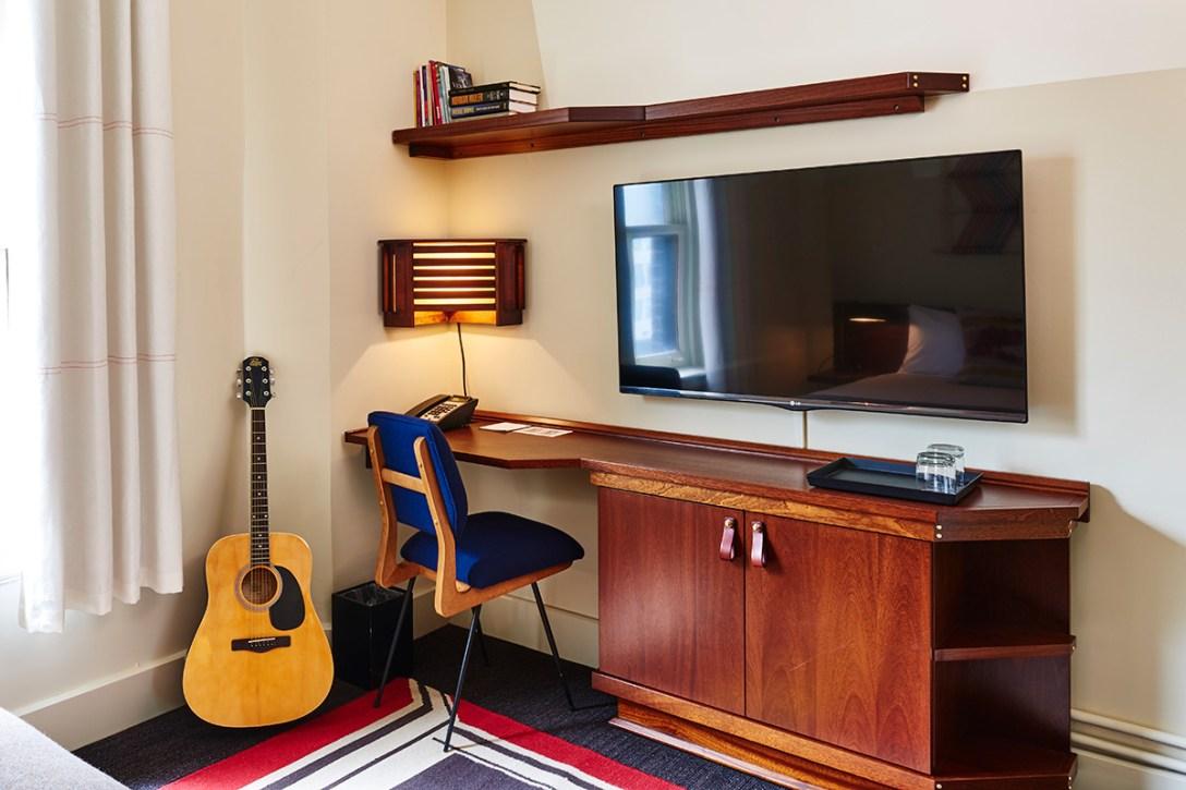 room-desk-new-freehand-chicago-hotel-hostel-design.jpg