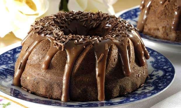 Bolo de chocolate de liquidificador bem decorado - M de Mulher