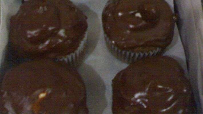 Cupcake de chocolate coberto com merengue e chocolate