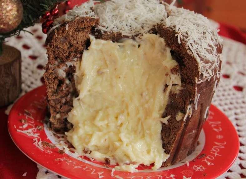 Panetone de chocolate com recheio de Prestígio