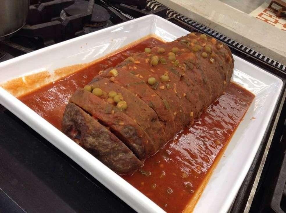 Rocambole de Carne com molho de tomate