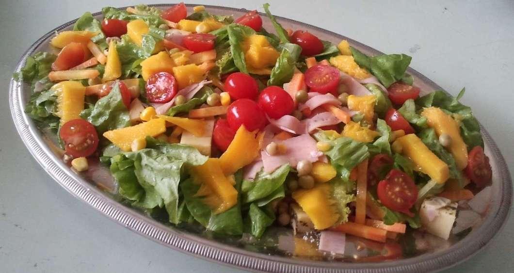 Almoço Rápido de  Salada Tropical Simples