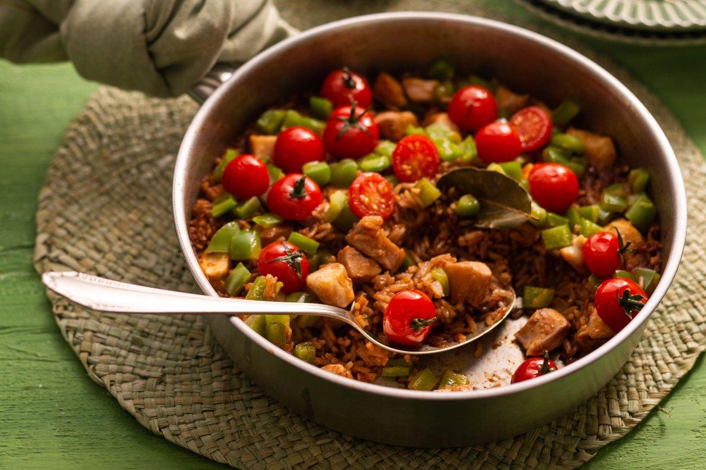 Receita de Arroz com frango, páprica e tomate em uma panela só