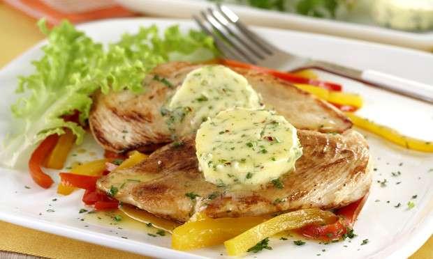 Receita de Filé de frango grelhado com manteiga aromatizada