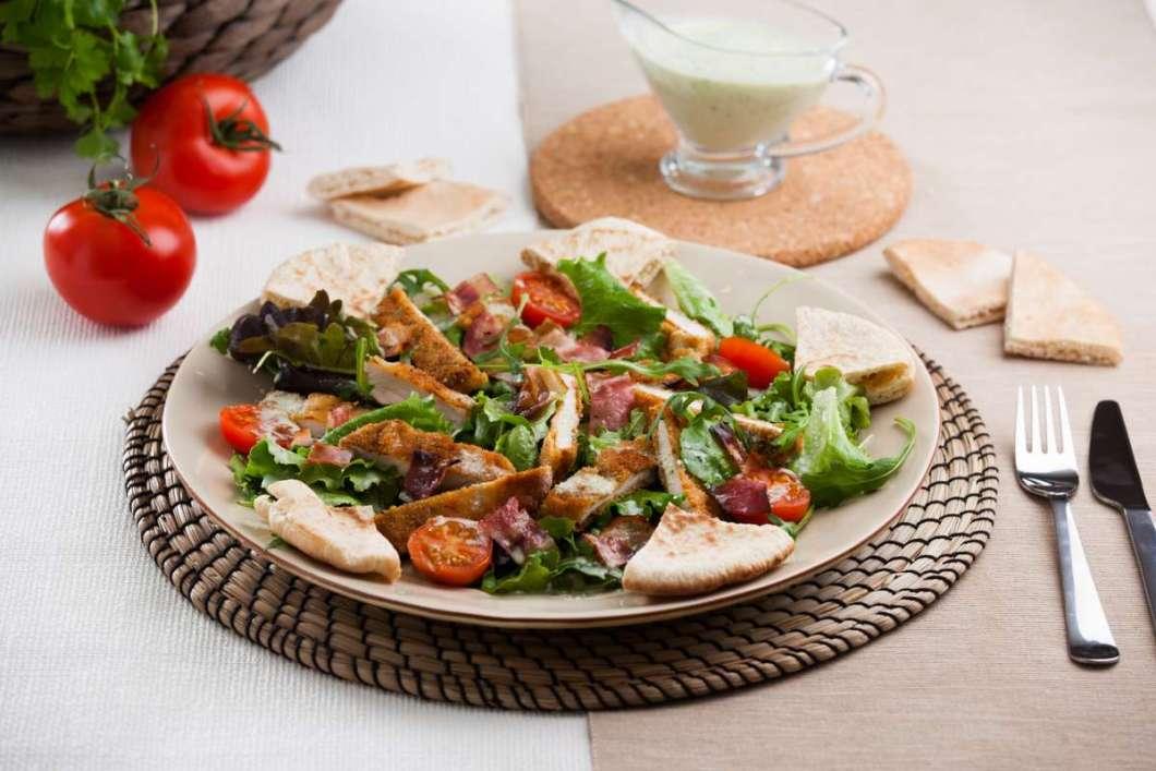 Receita de Salada de frango e bacon crocante