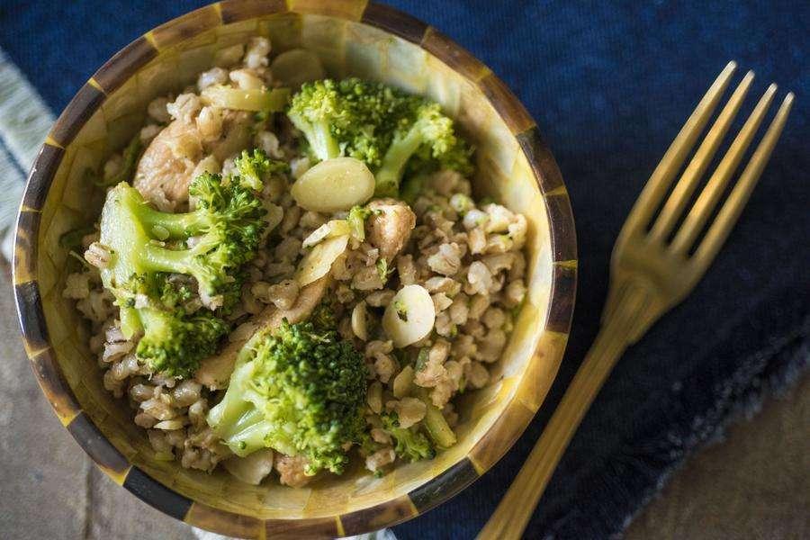 Receita de Salada de Cevadinha com Frango e Brócolis