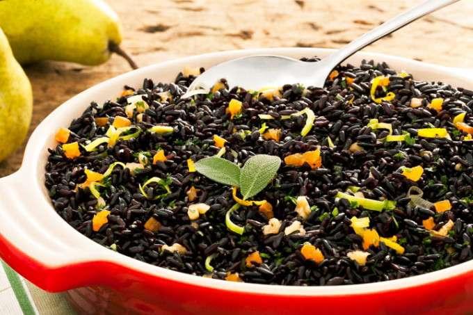 Receita de Arroz preto com peras assadas
