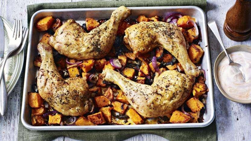 Receita de Sobrecoxa de frango assada no forno com batatas