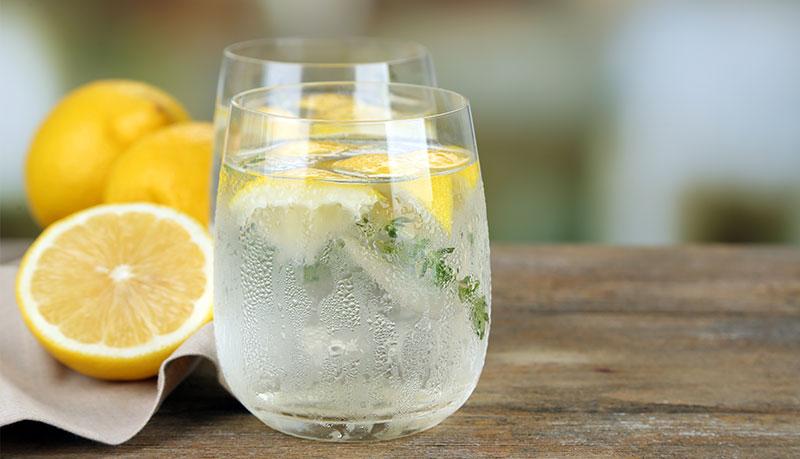 Čerstvá citronová šťáva s tymiánem na hubnutí