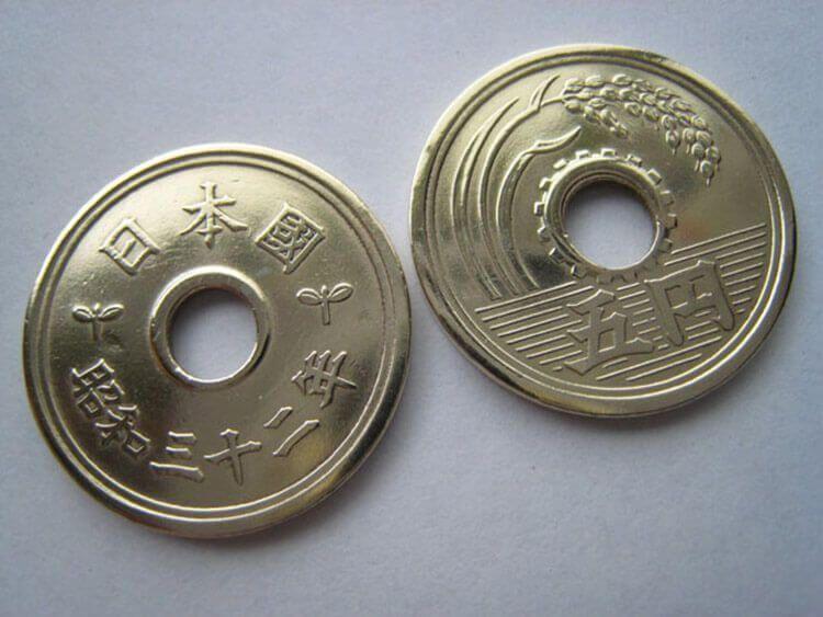 Año nuevo japonés - Las monedas de cinco yenes