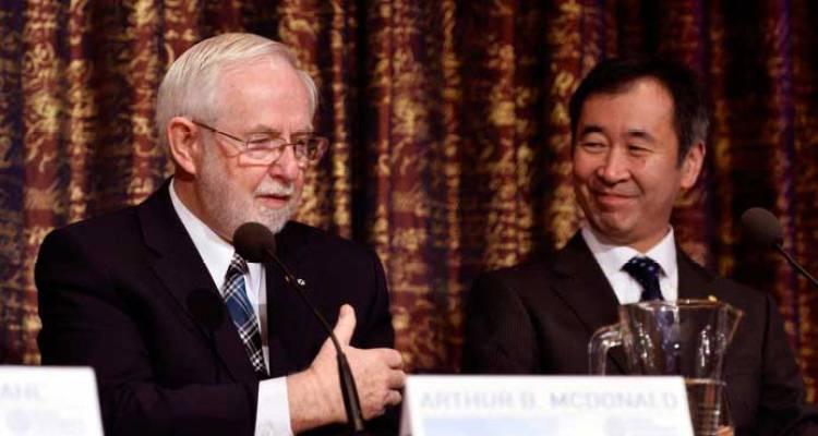 Mcdonald y Kajita en la rueda de prensa a que asistieron en Estocolmo, tras recibir su premio Nobel.