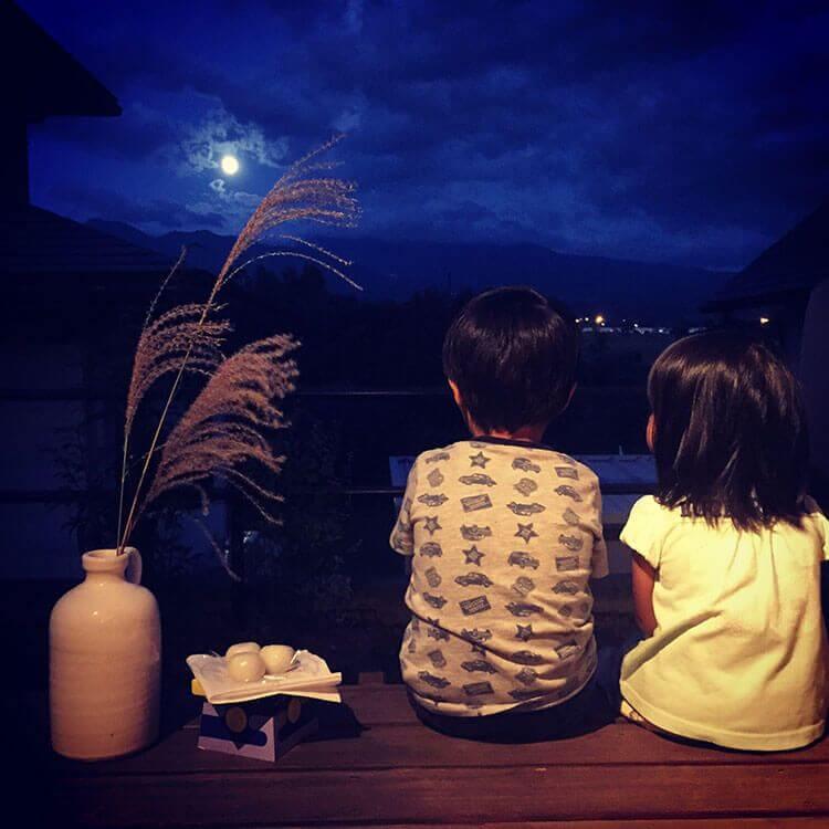 La noche de la luna llena de septiembre se come tsukimi-dango.