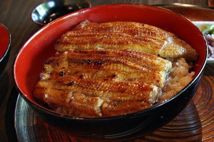 En verano se come la anguila.