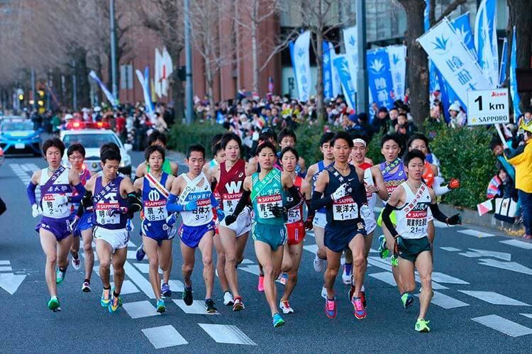 Hakone Ekiden. Los corredores se entregan con mucha pasión.
