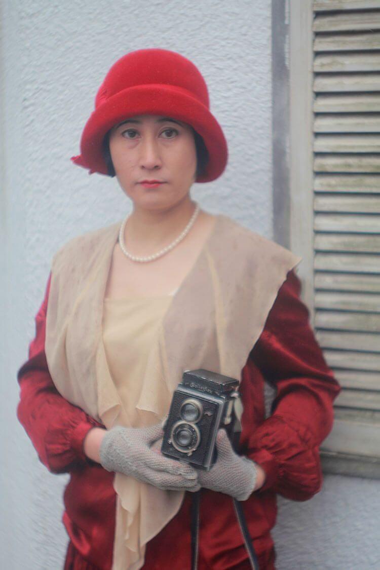 Kayo con una cámara antigua.