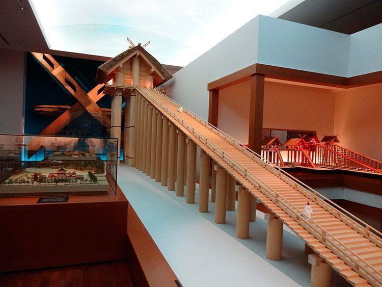 La miniatura del santuario principal donde se encuentra el go-shintai tiene 24 m de altura.
