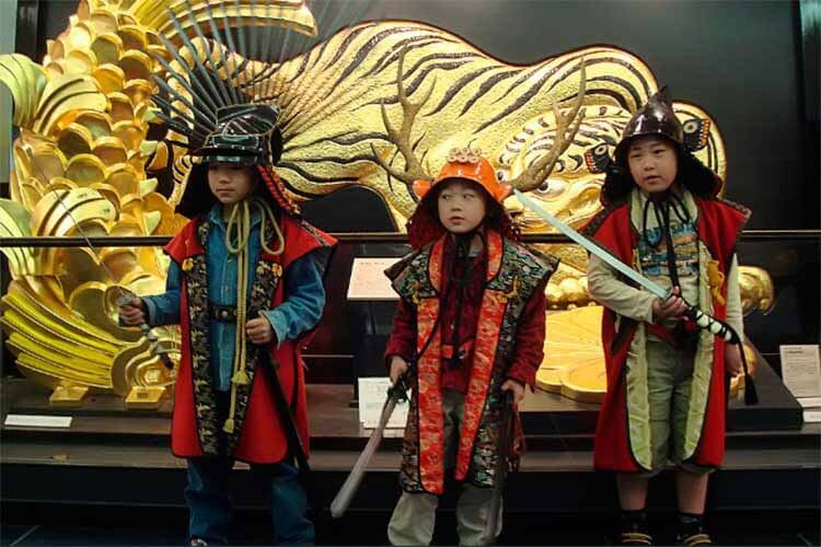Niños vestidos de samuráis en el Kodomo no Hi