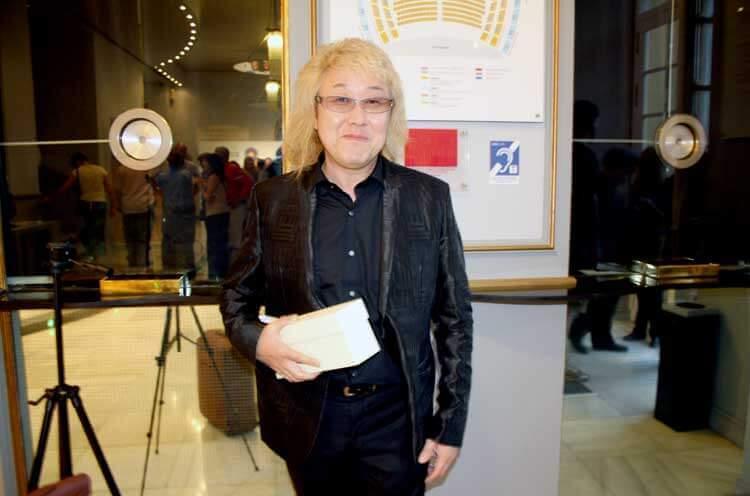 Kenji Kawai con su galardón, el MOSMA Distant Worlds, a la salida del concierto de clausura del evento; en el que participó, en el que pudimos escuchar una selección de pistas compuestas por él.