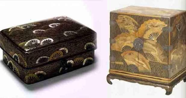 A la izquierda encontramos una pieza realizada en laca de taraceas. A la derecha, con lacado inciso