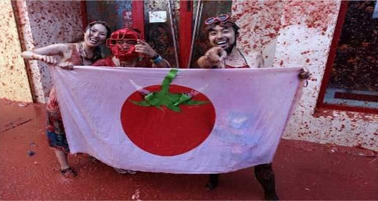 Japoneses asistiendo a la Tomatina