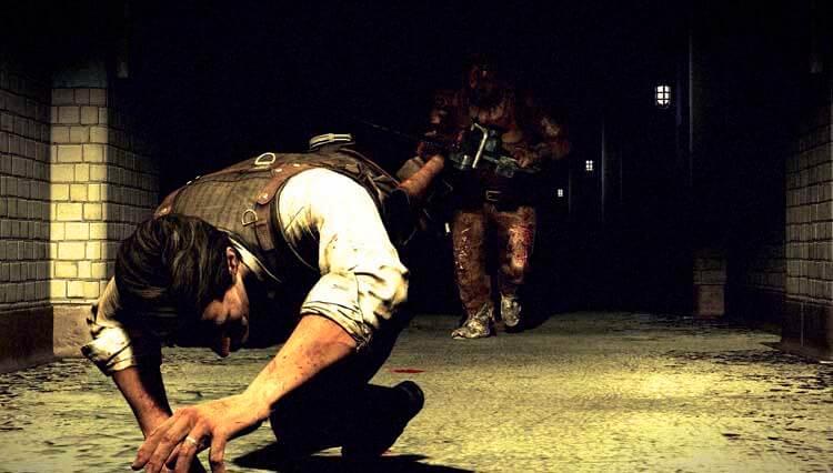 Sebastian huyendo de un sádico con motosierra en The Evil Within (2014, Xbox 360, Xbox One, Playstation 3, Playstation 4 y PC).