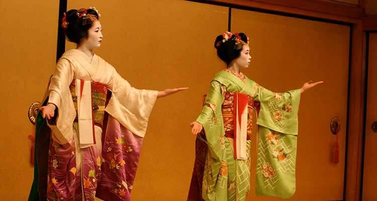 Dos geishas bailando