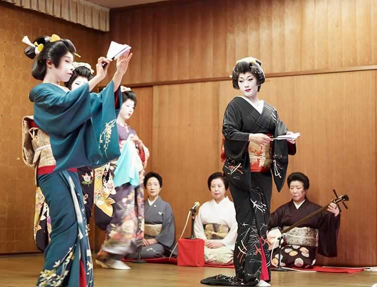 Geishas bailando y tocando instrumentos tradicionales