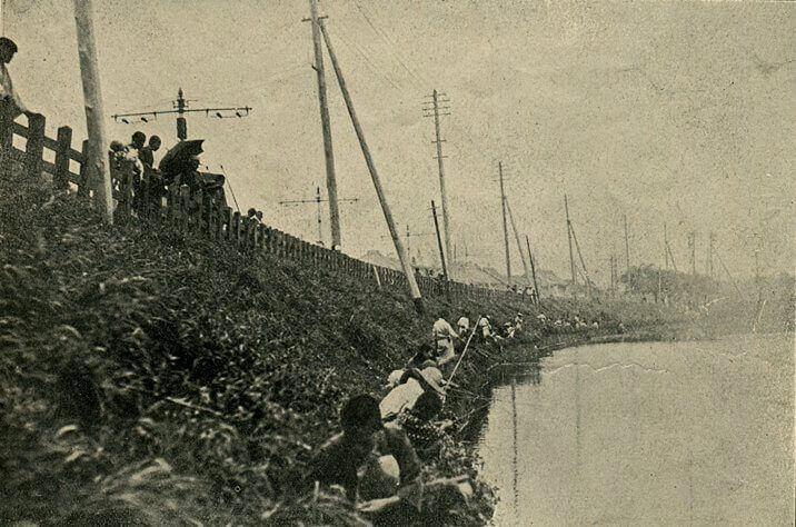 Japoneses pescando en el foso de Ichigaya durante las revuelta de 1905