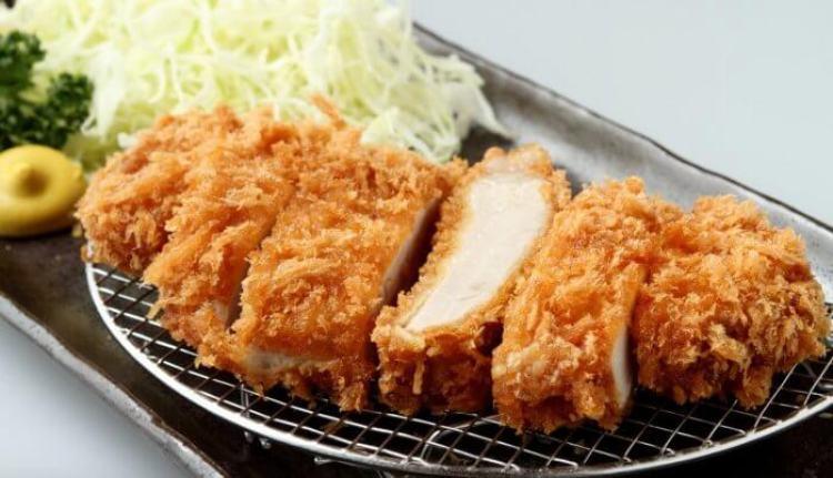 Tonkatsu rebozado con panko, típico de la cocina japonesa yōshoku