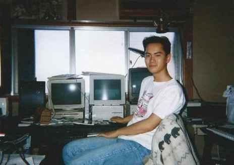 Yūzō Koshiro durante su juventud, junto a varios ordenadores, entre ellos, su NEC PC 8801 (a la izquierda).