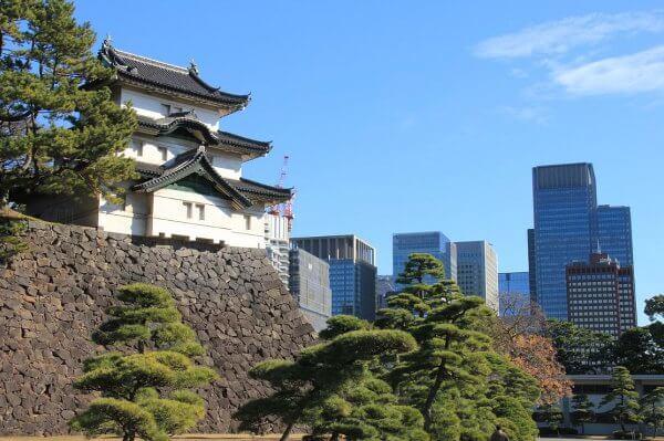 Los rascacielos al lado del antiguo castillo de Edo representan la cara del yamanote de hoy