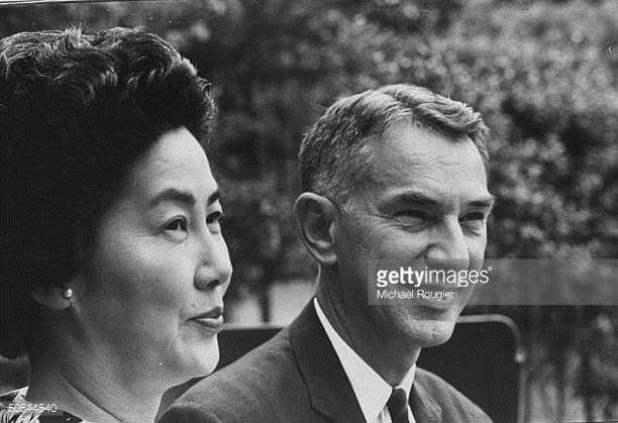 Edwin O. Reischauer junto a su esposa, en la segunda parte de esta entrada se hablará sobre la relación cultural entre Japón y Estados Unidos durante la postguerra. Imagen propiedad de gettyimages