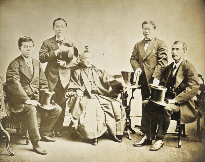 Foto de la Misión Iwakura Fuente: https://upload.wikimedia.org/wikipedia/commons/7/7a/Iwakura_mission.jpg