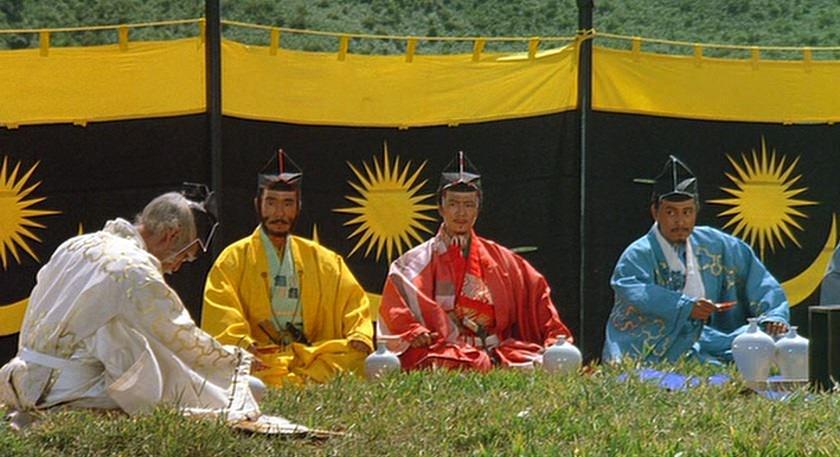 Escena de Ran de Akira Kurosawa. Vestido de amarillo, Akira Terao como Taro Takatora.