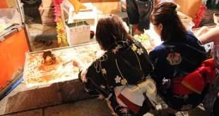 Mujeres jugando al Kingyo-sukui