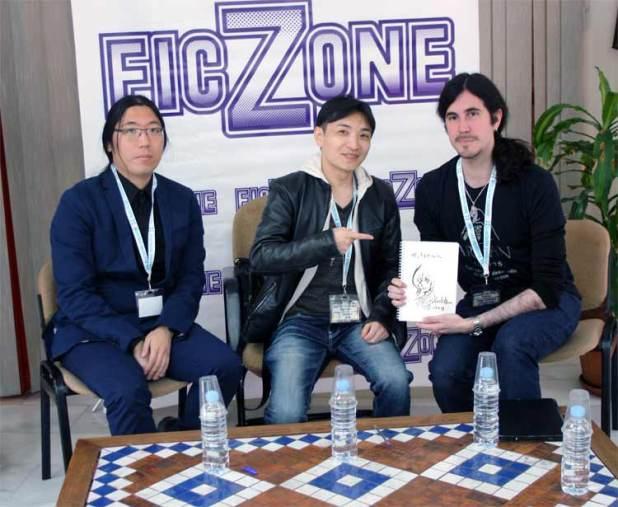 Kudō aparece divertido junto a su intérprete y nuestro compañero Andrés, para quien ha realizado una ilustración de Rukia, en la imagen.