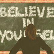 當你相信自己時,你會更願意嘗試新事物。 無論是請求升職還是報名參加烹飪班,相信自己對你而言都是至關重要的。 例如,如果你對要發表的演說或簡報充滿信心,你就會專注的向觀眾傳達你想傳達的訊息。 但如果你對自己的溝通能力缺乏信心,就會擔心沒人在聽,導致難以專心,進一步迷失演說的方向---而這又會惡性循環的讓你相信自己真的不善於演講。 幸運的是,你可以做一些事情來增強自信心。 無論是對某個特定領域缺乏信心,或是想對任何事情都感到自信,這些策略都可以提供幫助。