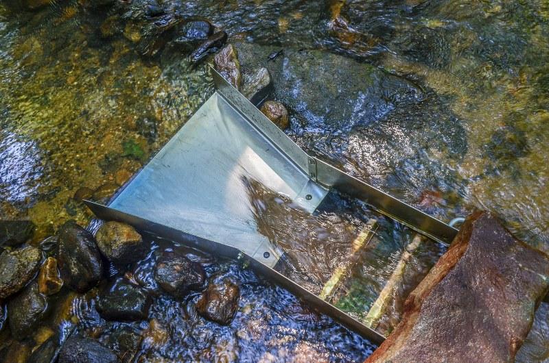 Gold panning and prospecting using sluice box