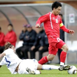 Hong Yong-Jo, da Coreia do Norte,  se livra de marcação de Vera, do Paraguai, em amistoso