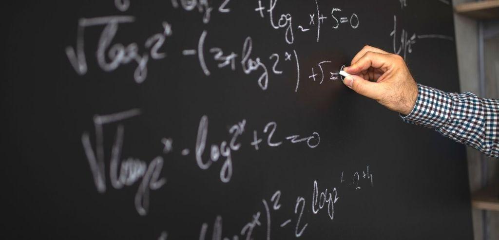 Profesor enseña MATEMATICAS en TikTok