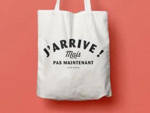 """LES FUGITIVES – Tote Bag """"J'arrive mais pas maintenant"""""""