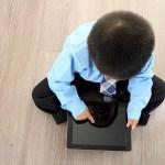iPadを使う子供